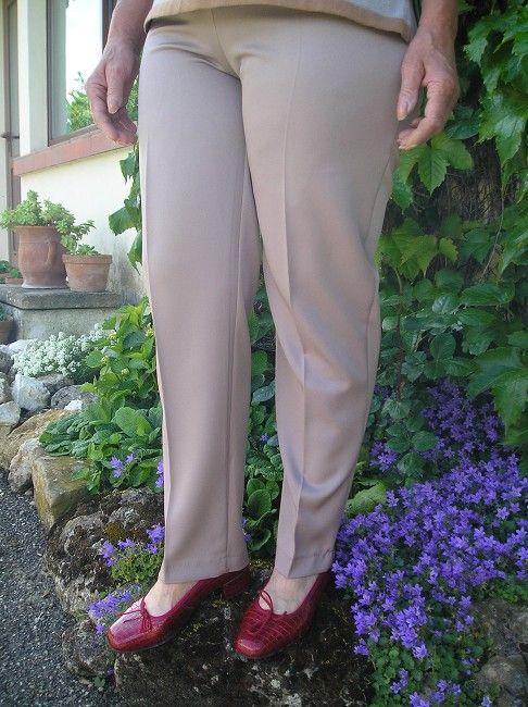 pantalon beige personne âgée