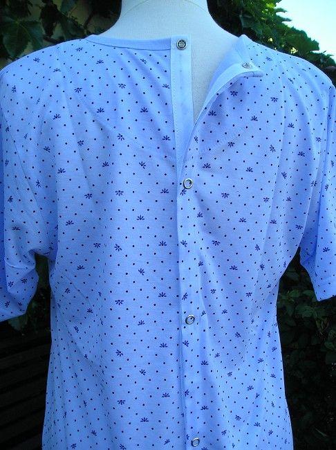 chemise de nuit ouverte dos sénior